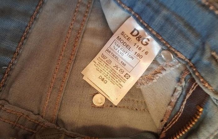 Этикетка на джинсах должен смотреться аккуратно. / Фото: tkaner.info