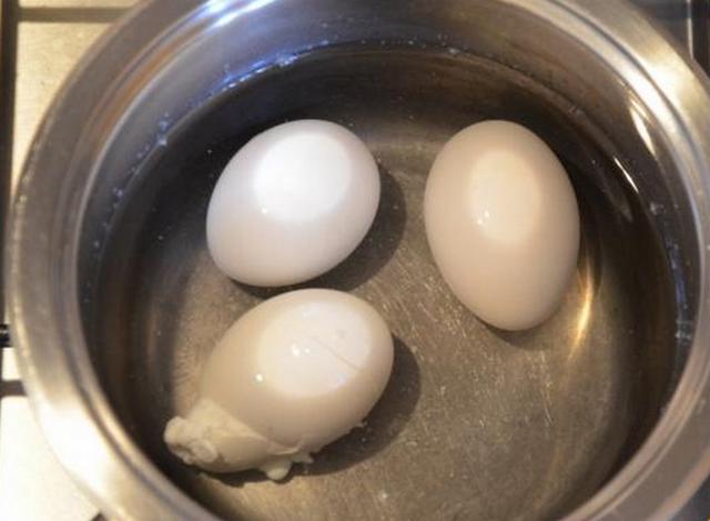 Яйца треснут, если не посолить воду. / Фото: zdorovakrasiva.com