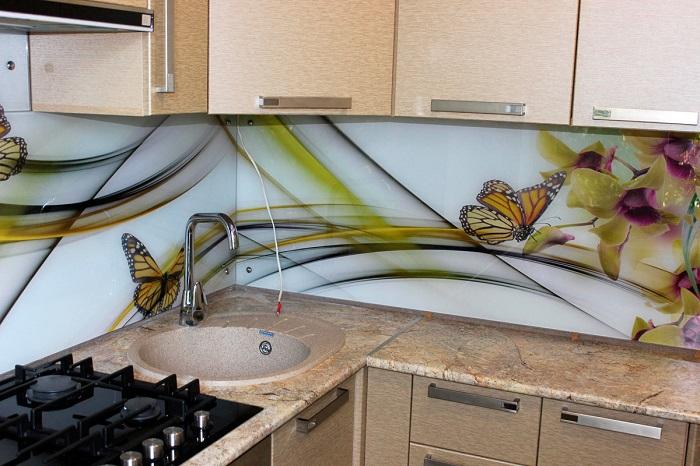Стеклянный кухонный фартук - это красиво, но не практично. / Фото: yellowhome.ru