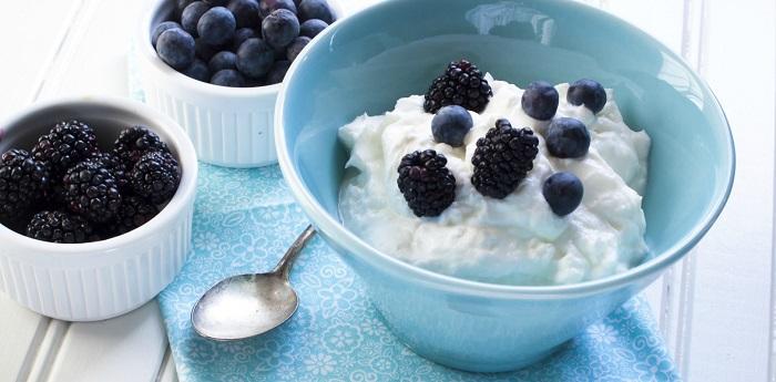 Греческий йогурт - более полезный аналог традиционного кисломолочного продукта. / Фото: yogurtinnutrition.com
