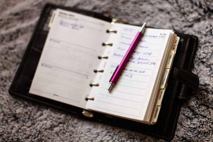 Данные из записной книжки лучше перенести на телефон или компьютер. / Фото: liveinternet.ru