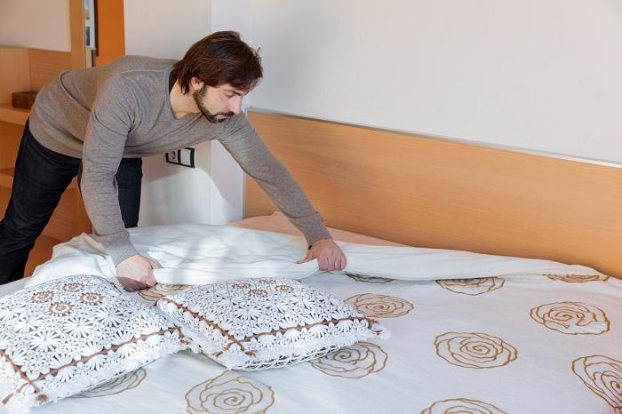 Заправить постель можно за пару минут. / Фото: famt.ru