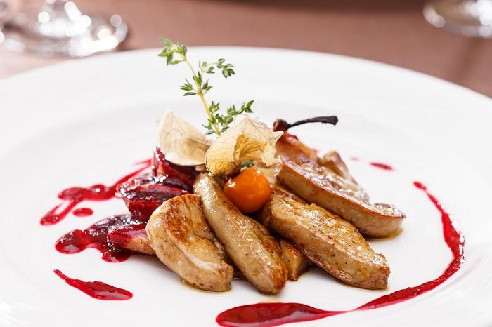 Жареная фуа-гра с ягодным соусом. / Фото: pinterest.com