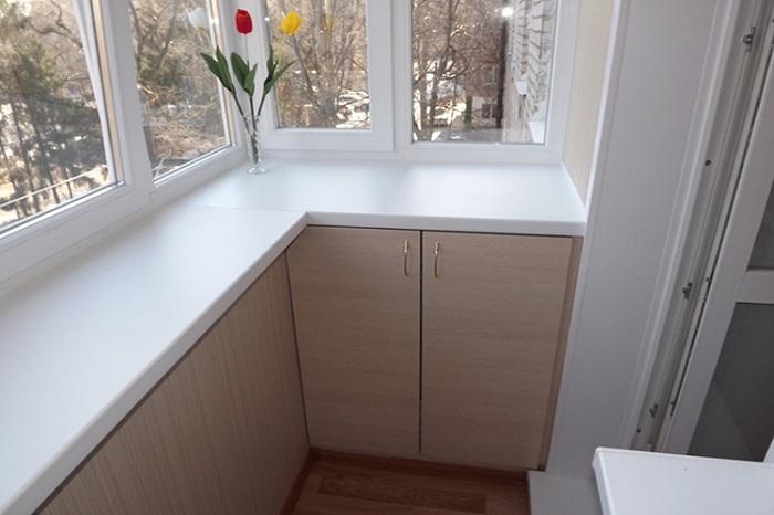 Пластиковые подоконники бюджетные, но недолговечные. / Фото: zasteklit-balkon.ru