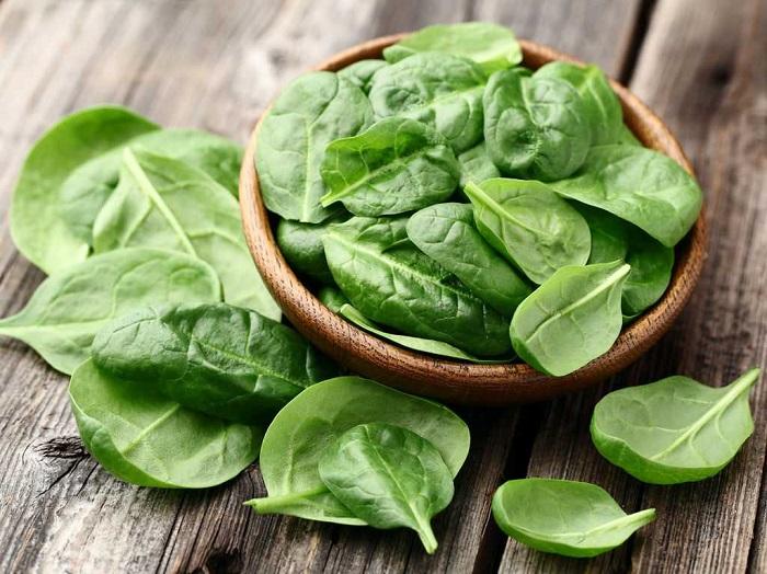 Листья шпината - отличный ингредиент для смузи, салата, яичницы. / Фото: zdravbud.net