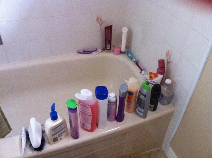 Если хранить шампуни, бальзамы, гели для душа в заводских упаковках, интерьер ванной будет неаккуратным. / Фото: zen.yandex.md