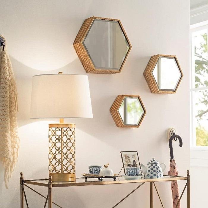 Зеркала выполняют не только декоративную функцию. / Фото: furnilux.ru