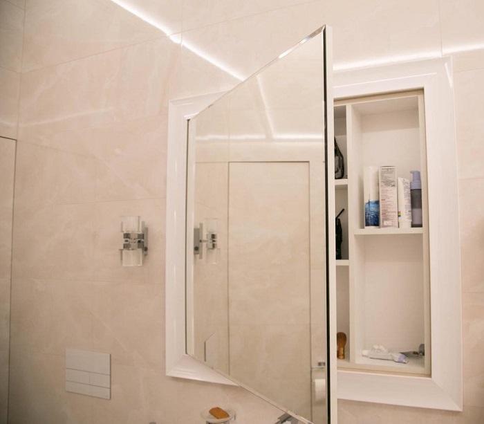 Зеркало-шкафчик выполняет сразу две функции. / Фото: sansmail.ru