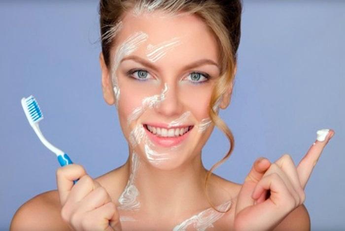 Зубная паста сильно сушит кожу лица. / Фото: zhenskij.mirtesen.ru