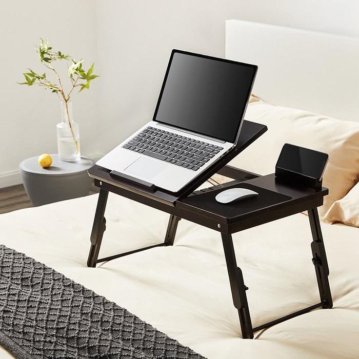 Со столом-трансформером можно работать на диване или в кровати. / Фото: znatprovse.ru
