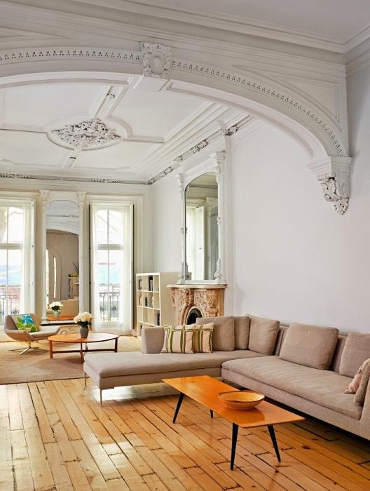 Лепнина не должна нарушать пропорции комнаты. / Фото: zonirovannaya-arka