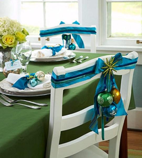 Новогодний декор стульев с применением елочных игрушек