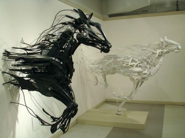 Благородные скульптуры из мусора от