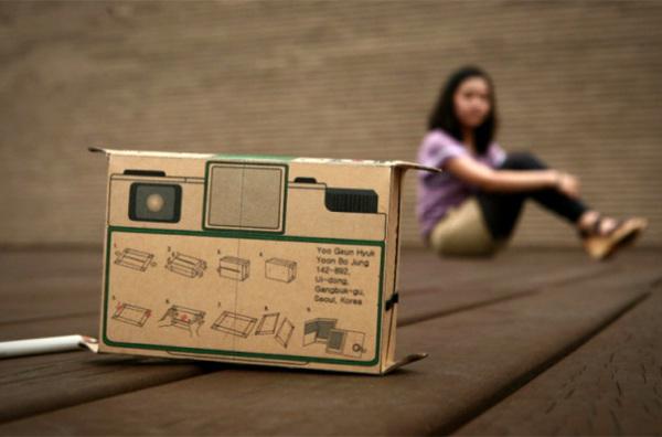 Картонный фотоаппарат Polaroid в действии