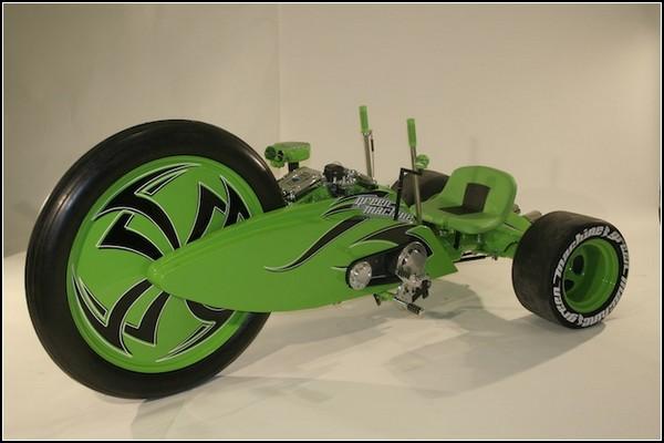 Зеленый велосипед с самым большим колесом