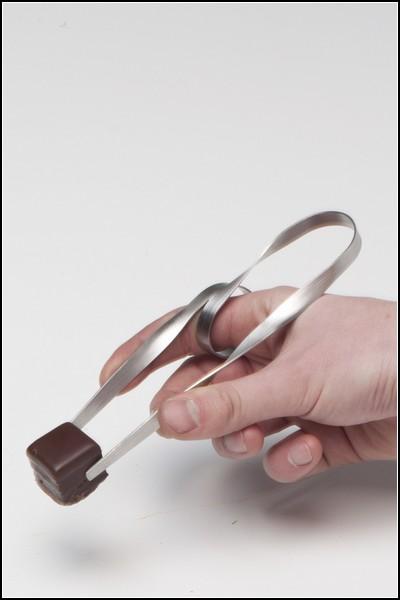 Необычные палочки для еды: стальные щипцы
