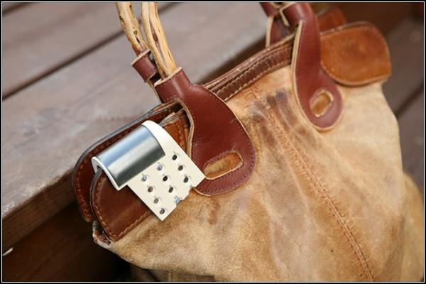 Лучший женский телефон на сумочке