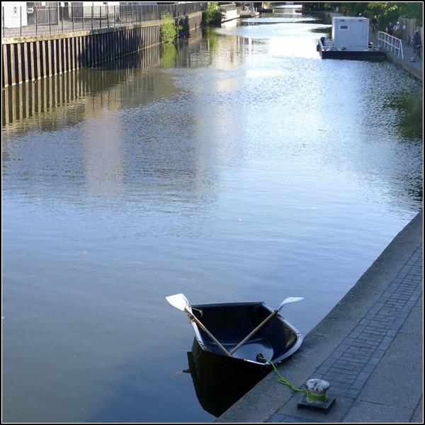 Складная лодка у причала