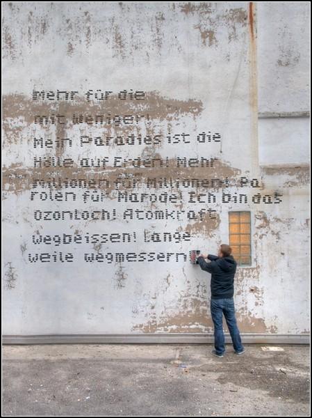 Граффити-машина: настенные лозунги