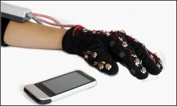 Слепоглухонемые получат телефон-перчатку Lorm
