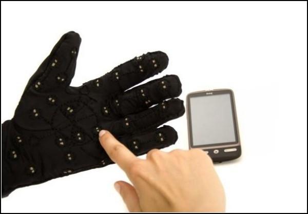 Слепоглухонемые получат телефон-перчатку