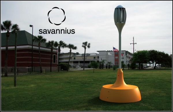 Вертикальный ветряк Savannius зярядит ноутбук в парке