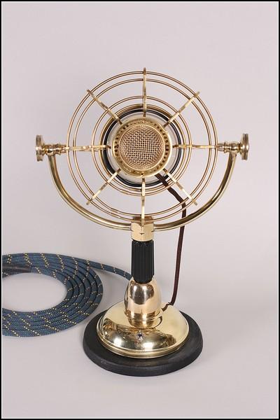 Золотой микрофон в стиле стимпанк: вид спереди