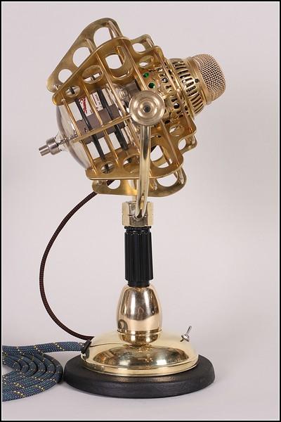 Золотой микрофон в стиле стимпанк: вид сбоку