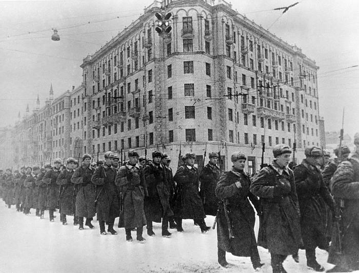Советские солдаты идут на фронт