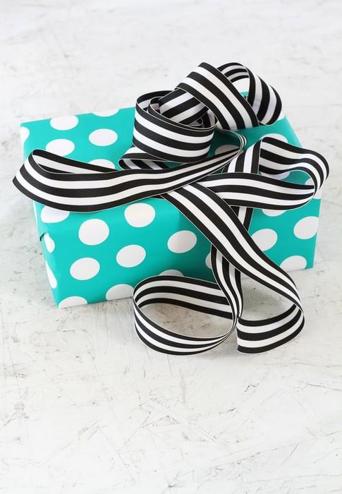 Как сделать идеальный бант для подарка: 3 простых инструкции