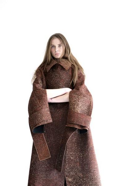 Пальто из натуральной коры от дизайнера Бобби Колада (Bobby Kolade)