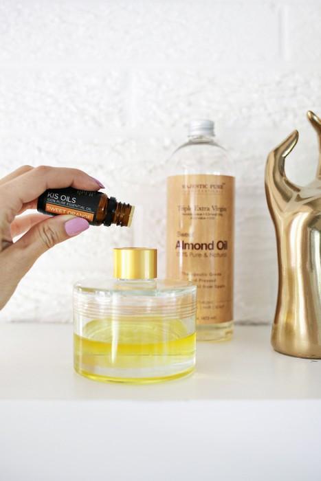 Стеклянный флакон хорошо промойте мыльным раствором, затем наполните базовым маслом и эфирными в соотношении 70% и 30%. Как следует перемешайте.