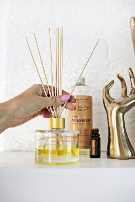В смесь масел сразу же ставьте тростниковые палочки или бамбуковые шпажки. Уже в течение часа комната наполнится ароматом