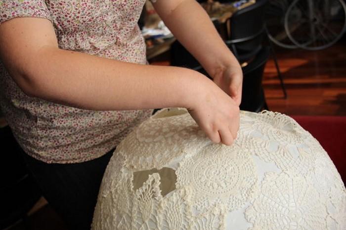 Стильный абажур «кружевной шар» из воздушного шарика
