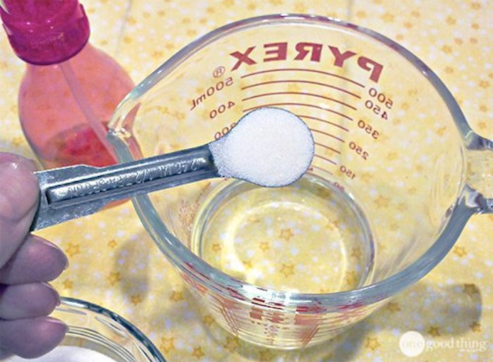 Сахар и вода – вот и всё, что нужно для фиксации причёски.