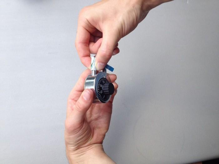 Как открыть кодовый замок с помощью жестяной банки