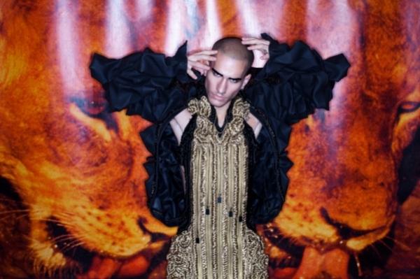 DENZIPFADEN: дизайнерский костюм и диджейский пульт