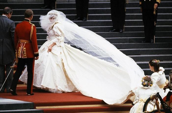 Так вот, почему леди Ди всё время придерживала свадебное платье…