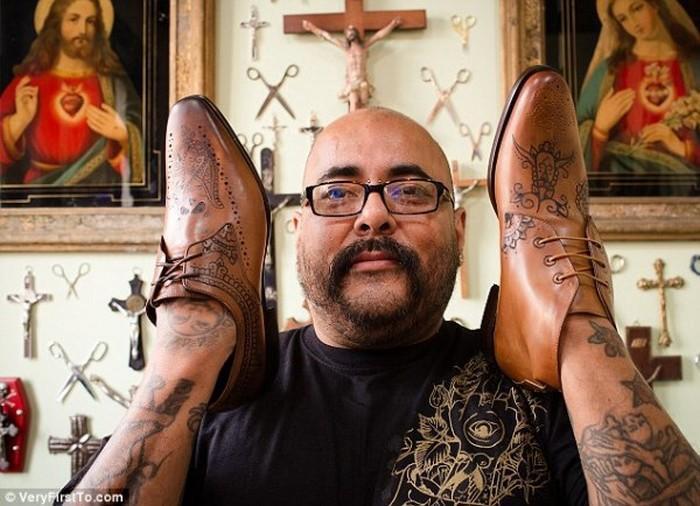 Кожаные броги по праву считаются частью хипстерской униформы. А эти туфли уникальны тем, что на них выбиты самые настоящие тату. Даже у ботинок могут быть татухи круче, чем у тебя.