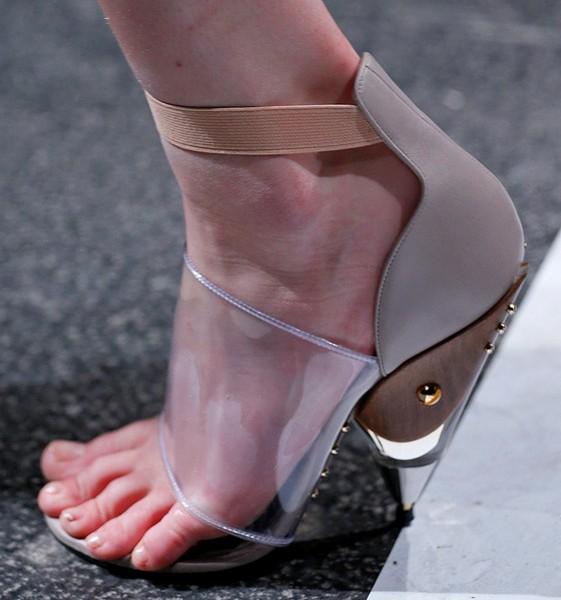 Футуристические босоножки из свежей коллекции Givenchy