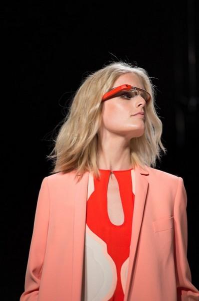 Высокотехнологичная коллаборация: интерактивные очки от Google в показе Diane Von Furstenberg