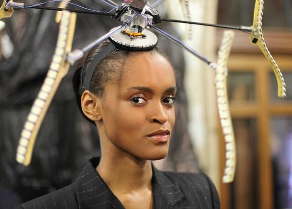 Световое шоу во время показа коллекции Philip Treacy на Неделе моды в Лондоне