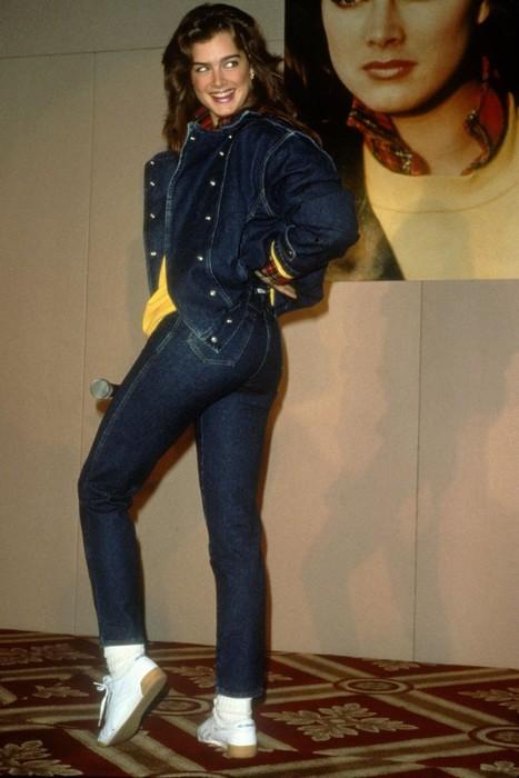 Молодая актриса Брук Шилдс в модных стрейчевых джинсах с завышенной линией талии.