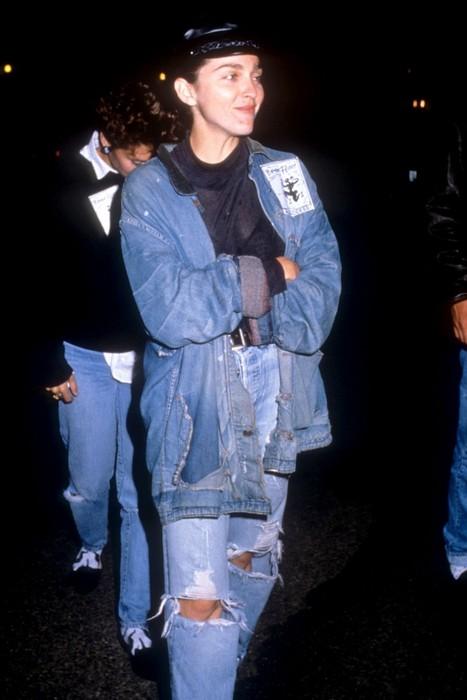 Мадонна любила джинсы с разрезами.