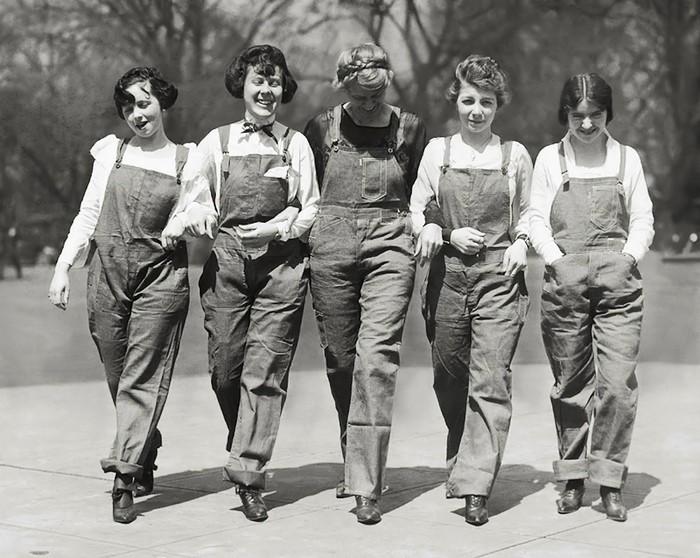 Джинсовый комбинезон – популярная рабочая одежда. И не только для мужчин.