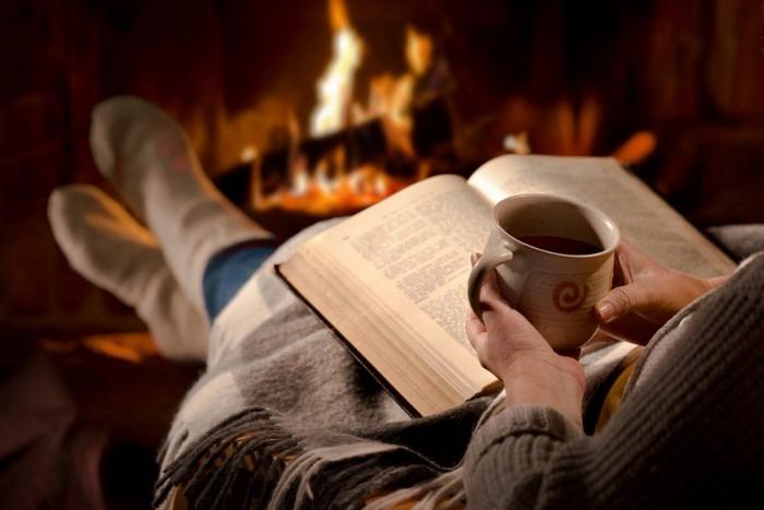 Провести рождественский вечер в обществе семьи и хорошей книги – что может быть уютнее?