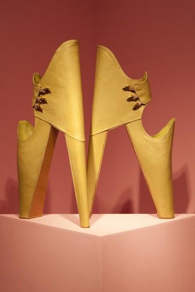 Смелый проект туфель-клешней от Leanie van der Vyver