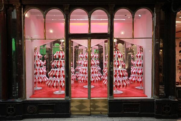 Алые ёлки в витринах бутиков Christian Louboutin