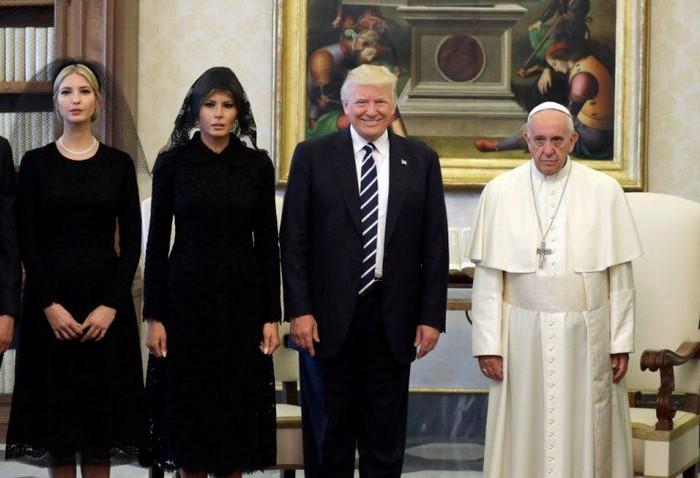 Рядом с Папой – только в Dolce & Gabbana. И без Папы тоже.