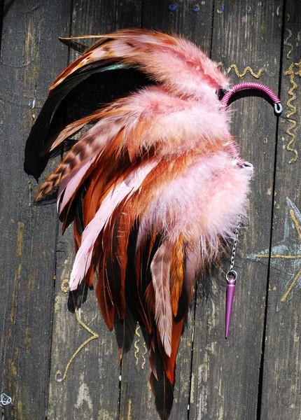 Яркие украшения из перьев против серых будней